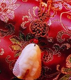 在丝绸上的玉佩中国结图片