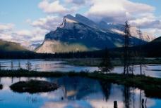 沼泽雪山图片