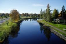 湛蓝色的河流图片